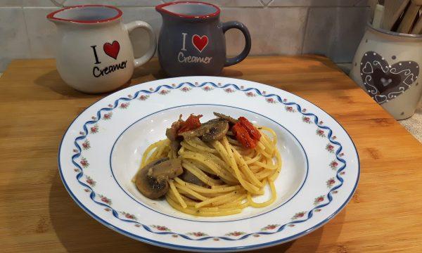 Spaghetti funghi salsiccia di tacchino e pomodorini